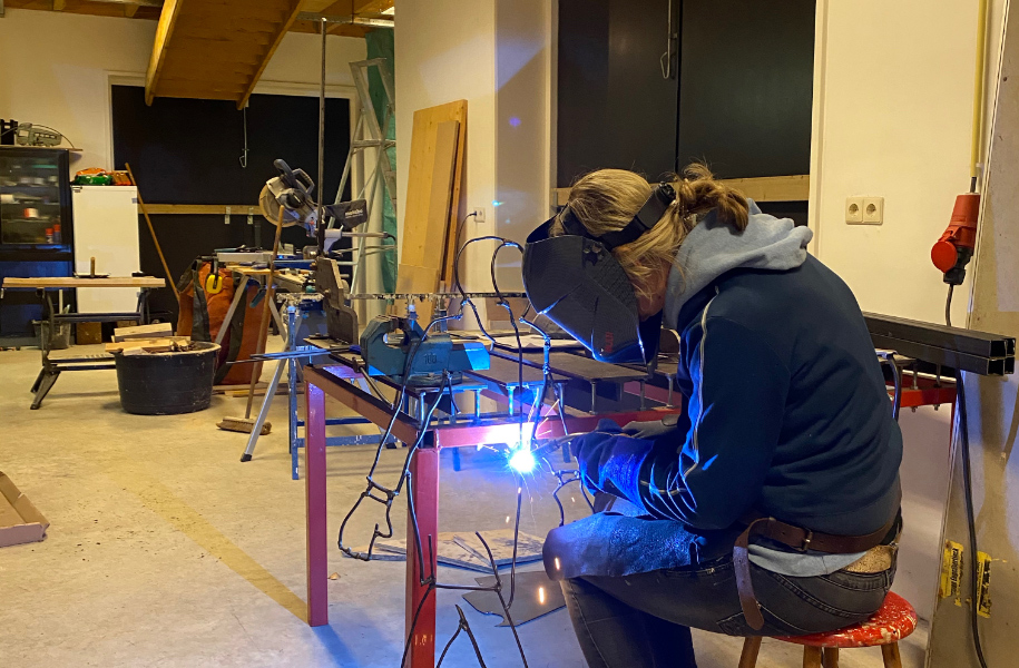 Mirjan aan het werk in haar atelier
